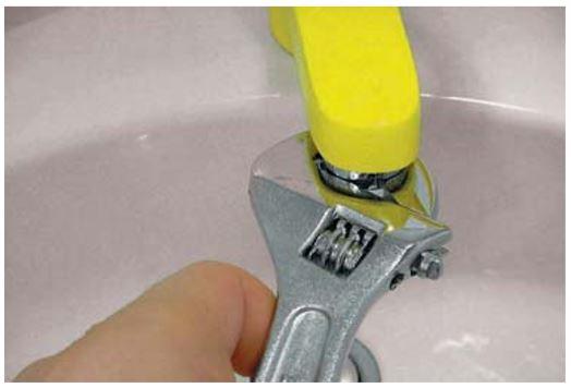 Dévissez le mousseur avec une clé à molette